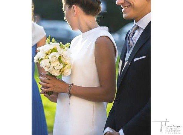 W klasyce oraz prostocie tkwi piękno. To zdjęcie jeszcze sprzed czasów pandemii bardzo bliskich nam osób ❤️. On w szytym na miarę trzyczęściowym garniturze J. Turbasa. Ona w klasycznej, w odcieniu złamanej bieli sukience.  / The groom is wearing Turbasa bespoke three-piece bespoke suit.  fot. @ibiphoto  #turbasa #garniturślubny #weddingbespokesuit #pracowniakrawiecka #krawiectwo #bespoketailoring #artystycznapracowniakrawieckajturbasa #garniturnamiare #bespoksuit