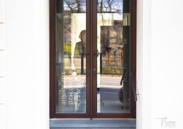 Nasza pracownia od 1946 r. nierozerwalnie związana jest z ulicą św. Gertrudy w Krakowie. Widok z okien oraz witryn otwierał się na zielone Planty wraz piękną barokową kopułą kościoła Św. Piotra i Pawła. Pracownia zmieniała swój adres trzykrotnie, lecz zawsze w obrębie tej samej ulicy. Od kilku dekad ma swoją siedzibę w kamienicy pod numerem 15, która niedawno – dzięki m.in. naszym staraniom, projektowi i zaangażowaniu – uzyskała nowy blask. Serdecznie ZAPRASZAMY.  Our Atelier at St. Gertrudy Street 15, Kraków. You are welcome!  #jerzyturbasa #pracowniakrawiecka #mistrzkrawiectwa #mastercutter #krawiectwo #bespoketailoring #turbasa #artystycznapracowniakrawieckajturbasa #gertrudy15 #krakow