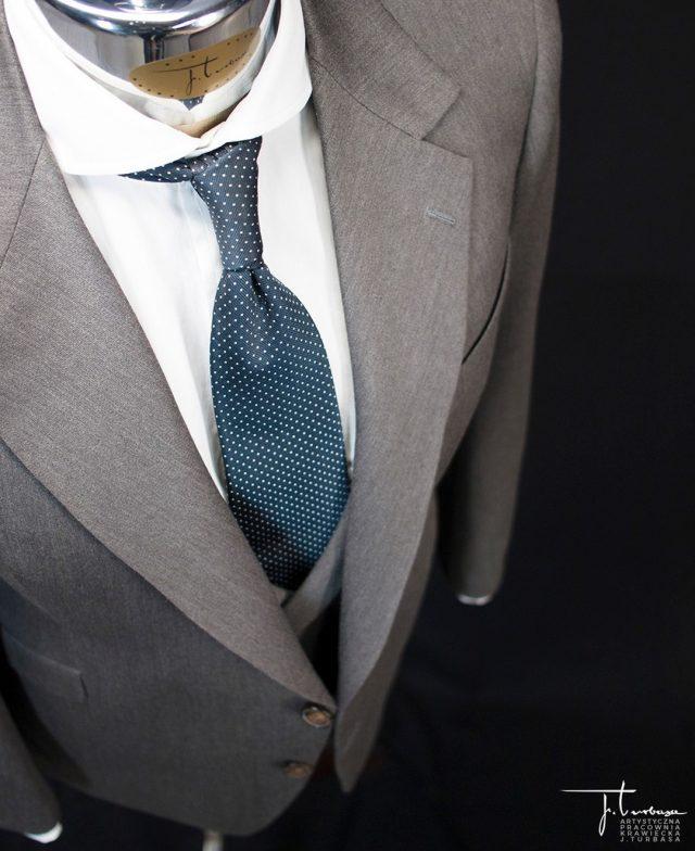 Prezentujemy ✂️ SZYTY NA MIARĘ ✂️ garnitur z dwurzędową kamizelką zamówiony przez naszego stałego klienta, konesera krawiectwa miarowego. / Turbasa bespoke three piece suit with double-breasted waistcoat.  #turbasa #pracowniakrawiecka #krawiectwo #bespoketailoring #artystycznapracowniakrawieckajturbasa #garniturnamiare #bespoksuit #krawiec