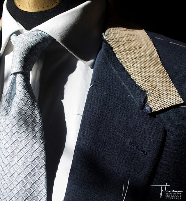 Na zdjęciu prezentujemy fragment ✂️ SZYTEGO NA MIARĘ ✂️ garnituru do ślubu w trakcie wykańczania, po drugiej przymiarce. / Turbasa bespoke jacket during finishing.  #turbasa #pracowniakrawiecka #krawiectwo #bespoketailoring #artystycznapracowniakrawieckajturbasa #garniturnamiare #bespoksuit #krawiec