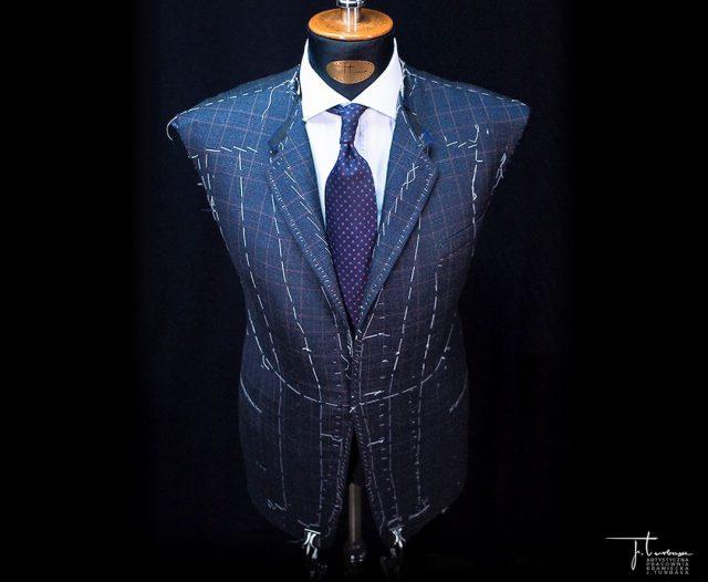 ✂️ Sztuka tworzenia garnituru… ✂️ Na zdjęciu prezentujemy jednorzędową, na trzy guziki marynarkę J. Turbasa w trakcie pracy przed drugą przymiarką. / The art of bespoke tailoring… Turbasa bespoke single-breasted three-button jacket before the second fitting.