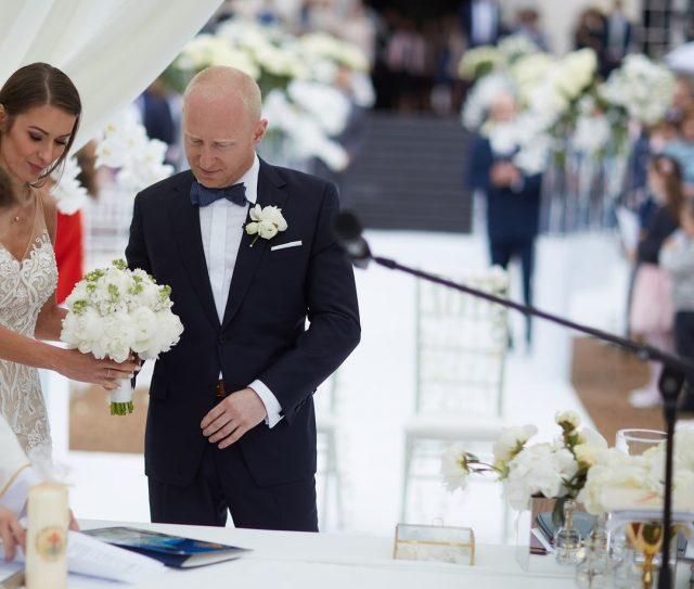 Nasz dobry klient w szytym na miarę garniturze wizytowym podczas ceremonii ślubnej. Cieszymy się, że dzieła z naszej pracowni towarzyszą naszym klientom i klientkom w najważniejszych momentach życia. / Our customer in Turbasa bespoke wedding suit.  #turbasa #artystycznapracowniakrawieckajturbasa #pracowniakrawiecka #krawiectwo #szycienamiarę #bespoketailoring #garniturnamiarę #bespokesuit  #garniturślubny #weddingsuit