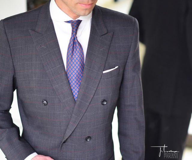 """""""Elegancja w męskiej modzie gra pierwsze skrzypce, a garnitur dwurzędowy to jakby wyższy stopień elegancji. Jest  podstawą wyposażenia garderoby każdego dyplomaty. Kojarzy się z solidnością i profesjonalizmem. Ułatwia zdobycie zaufania, świadczy o poważnym podchodzeniu do spraw, którymi jego właściciel się zajmuje. Jest wspomnieniem czasów, gdy wielkie, wysokie jak hala fabryczna, salony nie były właściwie, a przynajmniej równomiernie ogrzane. Takie były wówczas piece i kominki.  Poły marynarki podwójnie założone zabezpieczały delikwenta dość skutecznie pod względem termicznym. Dziurki  w obu klapach  to świadectwo jeszcze tej epoki, gdy marynarkę zapinało się pod szyję w razie wiatru. Gdy wnętrza domów stały się niższe, kubatury mniejsze, systemy grzewcze skuteczniejsze, kształt klap i obowiązkowa dziurka pozostały jedynie reliktami pragmatycznej przeszłości."""" – pisze w książce """"ABC męskiej elegancji"""" mistrz krawiectwa Jerzy Turbasa.  Na zdjęciu prezentujemy szyta na miarę """"dwurzędówkę"""" (dwurzędowy garnitur) z naszej pracowni. / Turbasa bespoke double-breasted suit.  #turbasa #artystycznapracowniakrawieckajturbasa #pracowniakrawiecka #garniturdwurzedowy #dwurzedowka #doublebreasted #bespokesuit #elegancja #garniturnamiarę"""